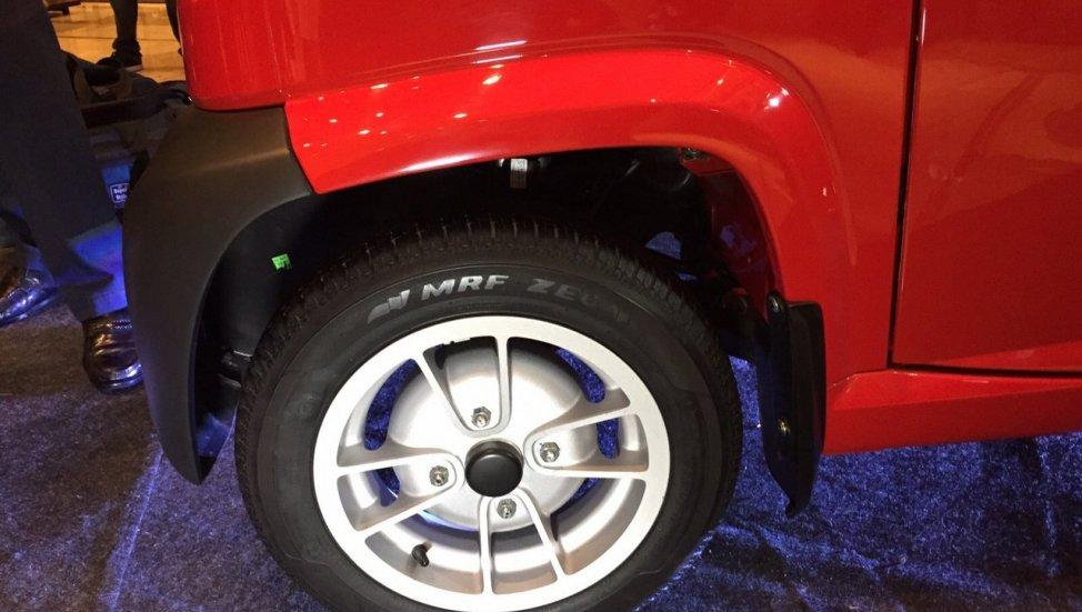 Bajaj-Qute-alloy-wheel-during-unveil-in-India.jpg