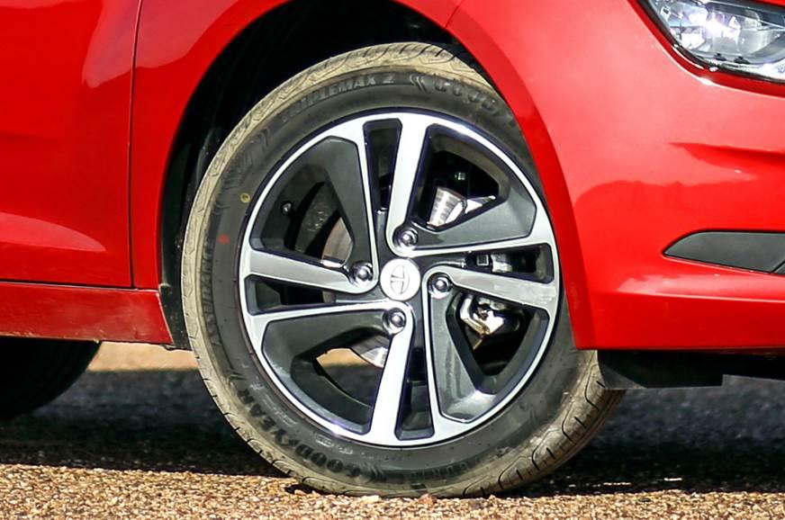 esizer.ashx?n=http%3a%2f%2fcdni.autocarindia.com%2fGalleries%2f20191209094211_Tata-Altroz-wheels.jpg