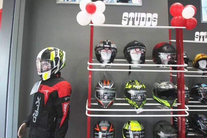 Studds-and-SMK-Helmet-Store-Mumabai-2-1200x800.jpg.jpg
